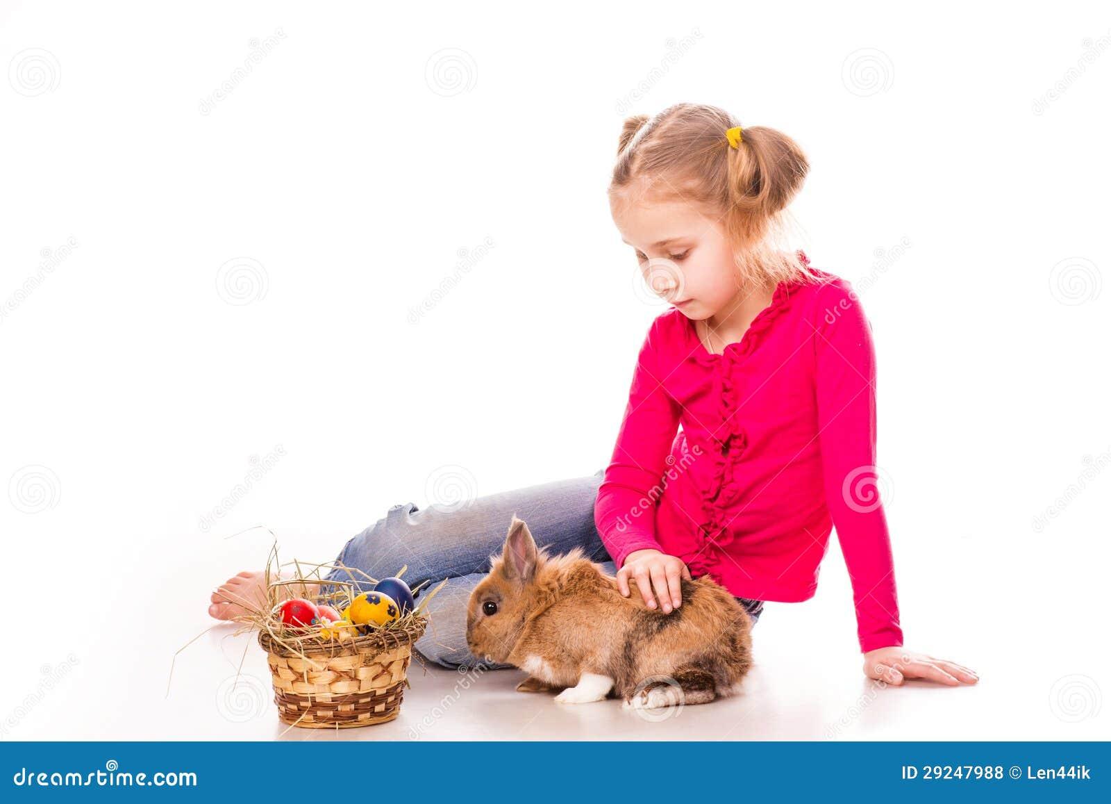 Download Menina Feliz Com Coelhinho Da Páscoa E Ovos. Easter Feliz Foto de Stock - Imagem de pessoa, feriado: 29247988