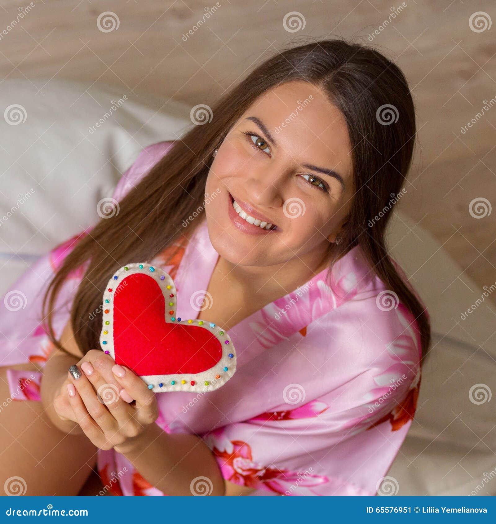 Menina feliz com coração