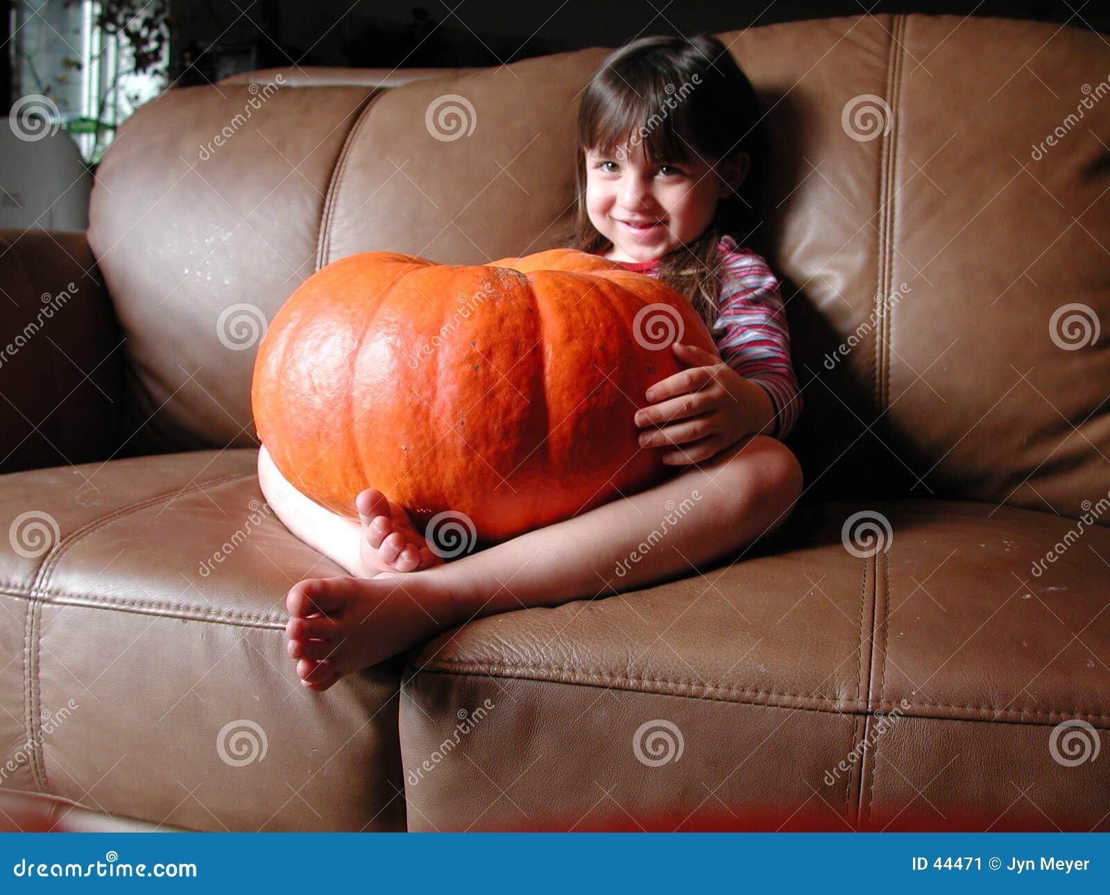 Menina feliz da abóbora