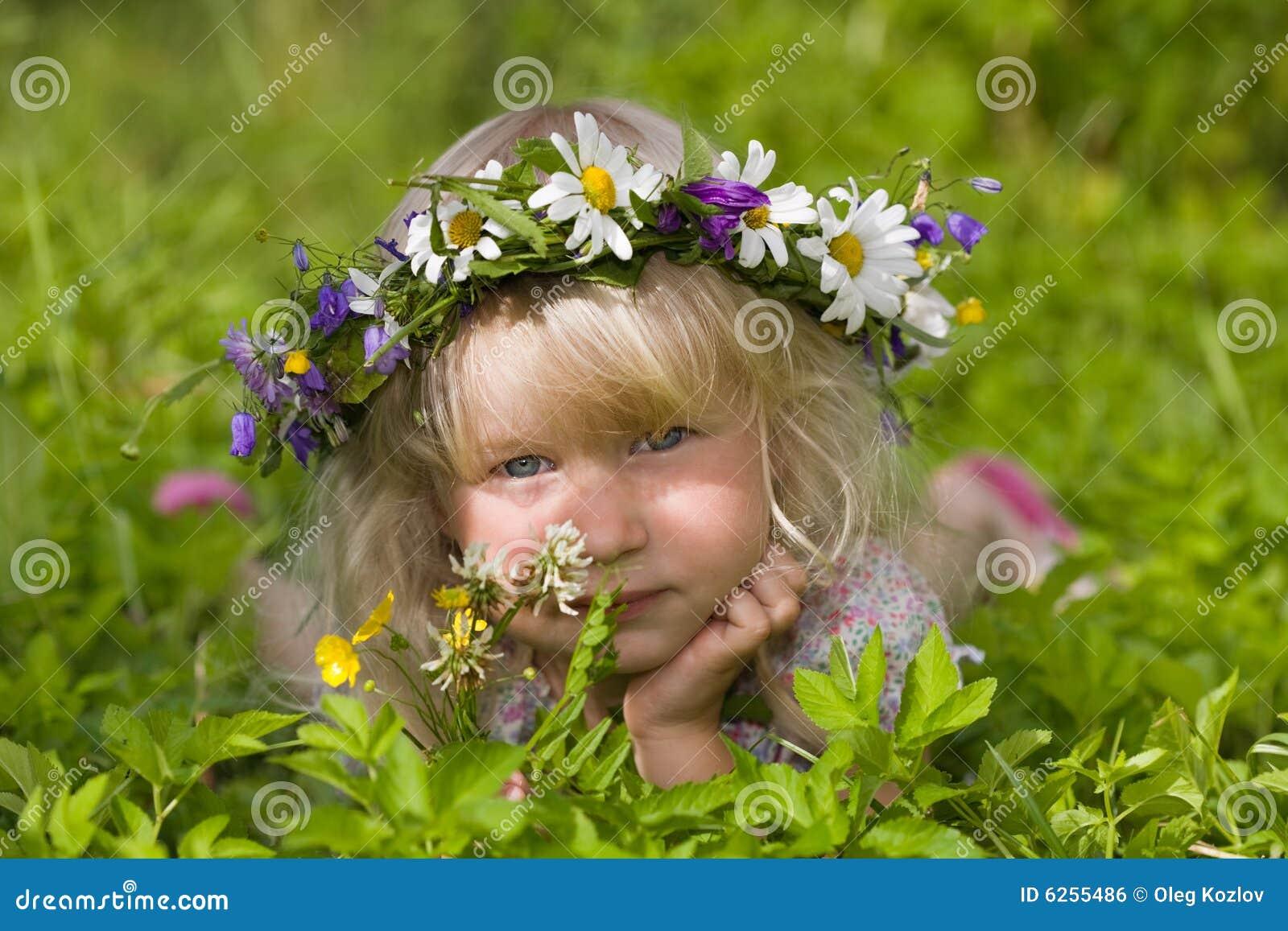 Menina feliz na grinalda das flores