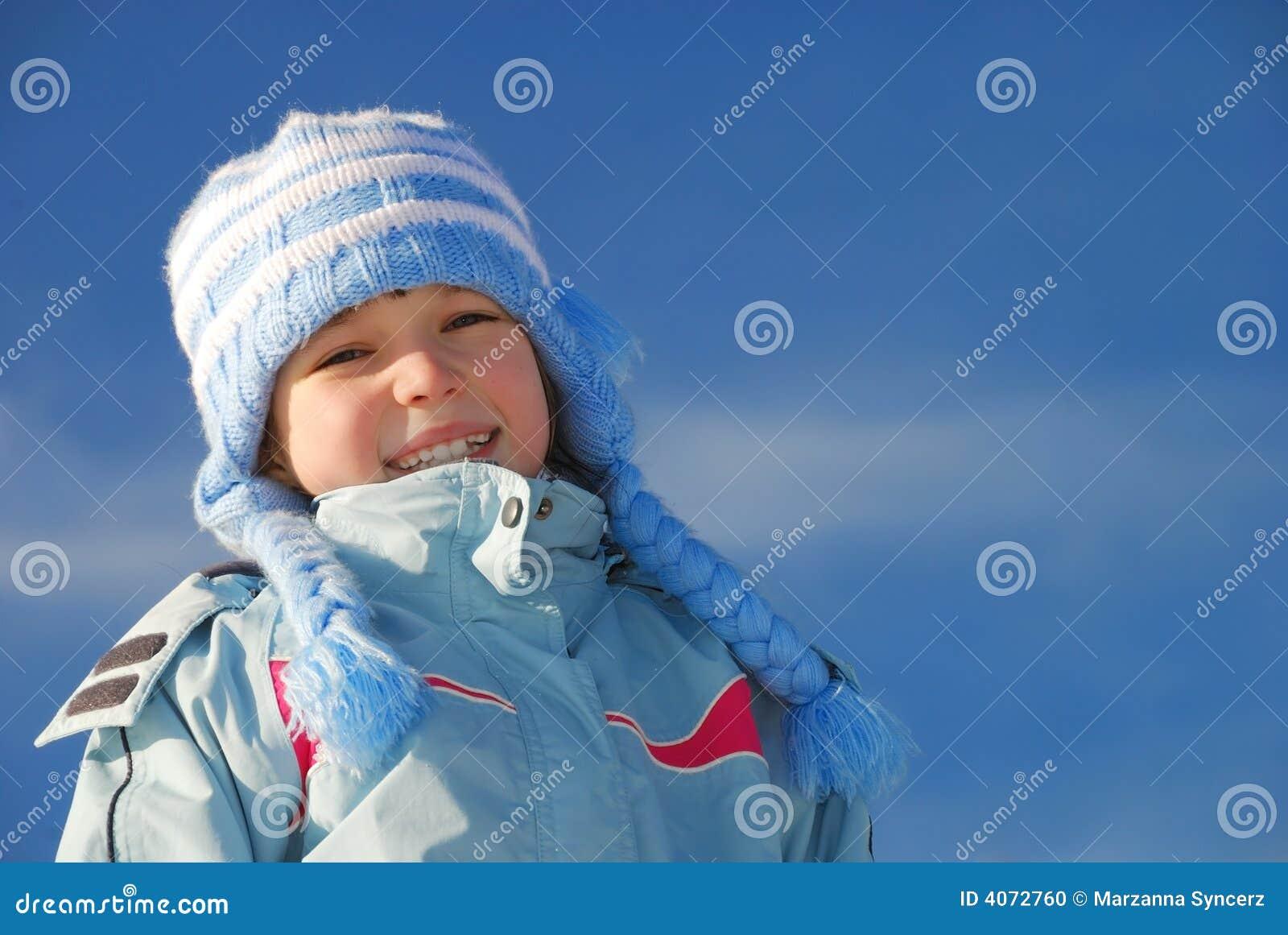Menina feliz na roupa do inverno