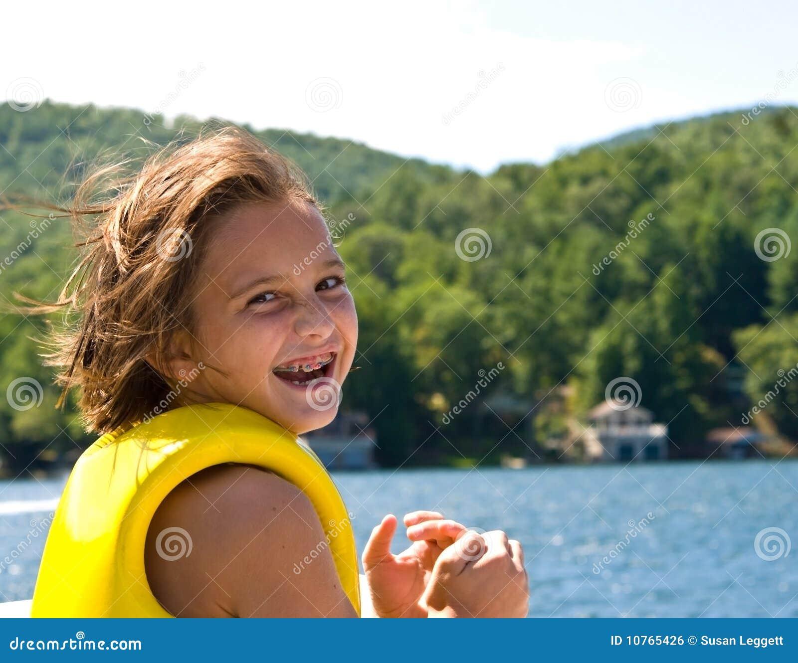 Menina feliz no lago
