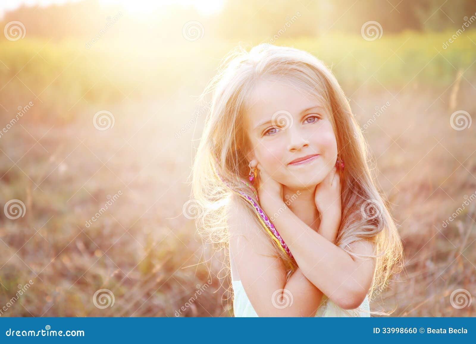 Menina feliz no prado do verão