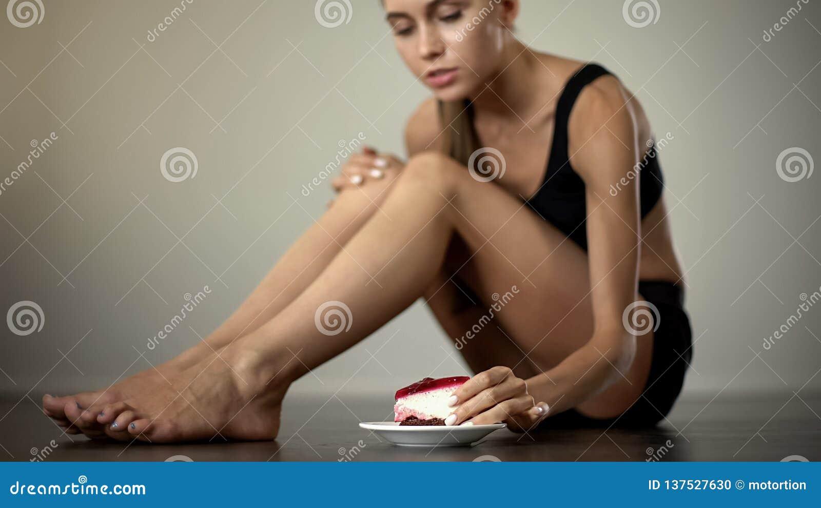A menina fina que toma o bolo, para de fazer dieta, tentação, nutrição insalubre, doces