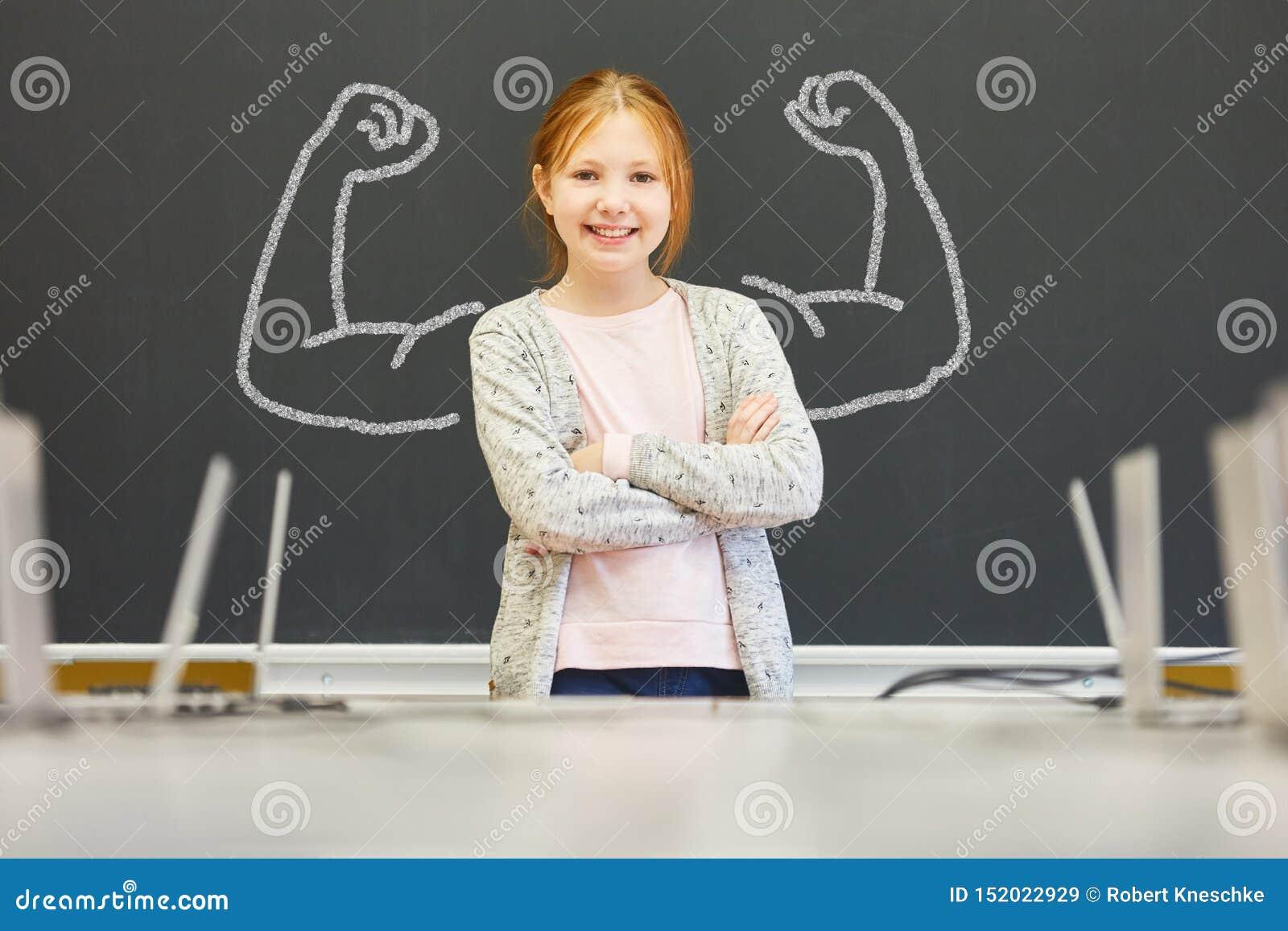 Menina forte com autoconfiança na escola