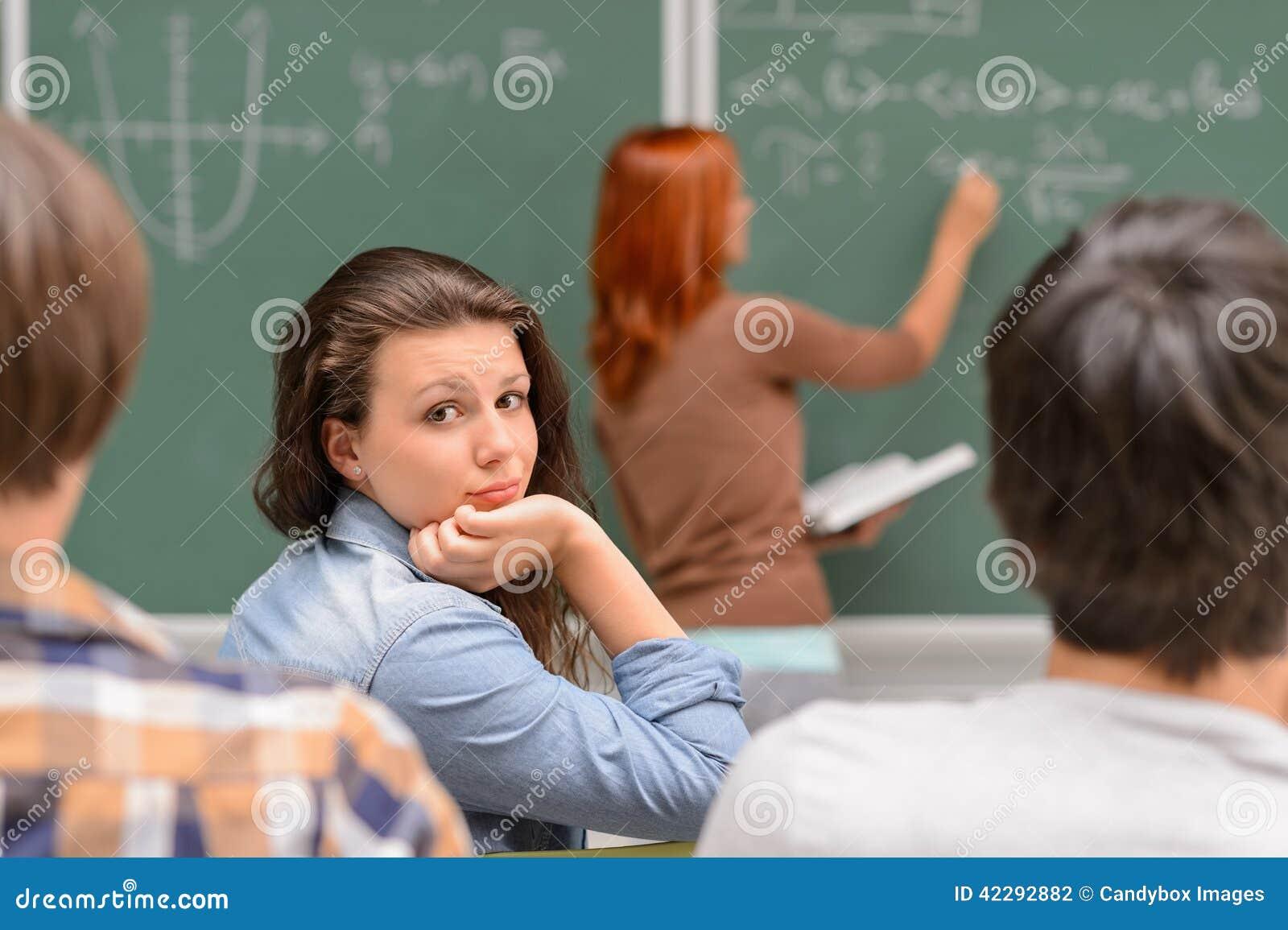 Menina furada do estudante durante a lição da matemática