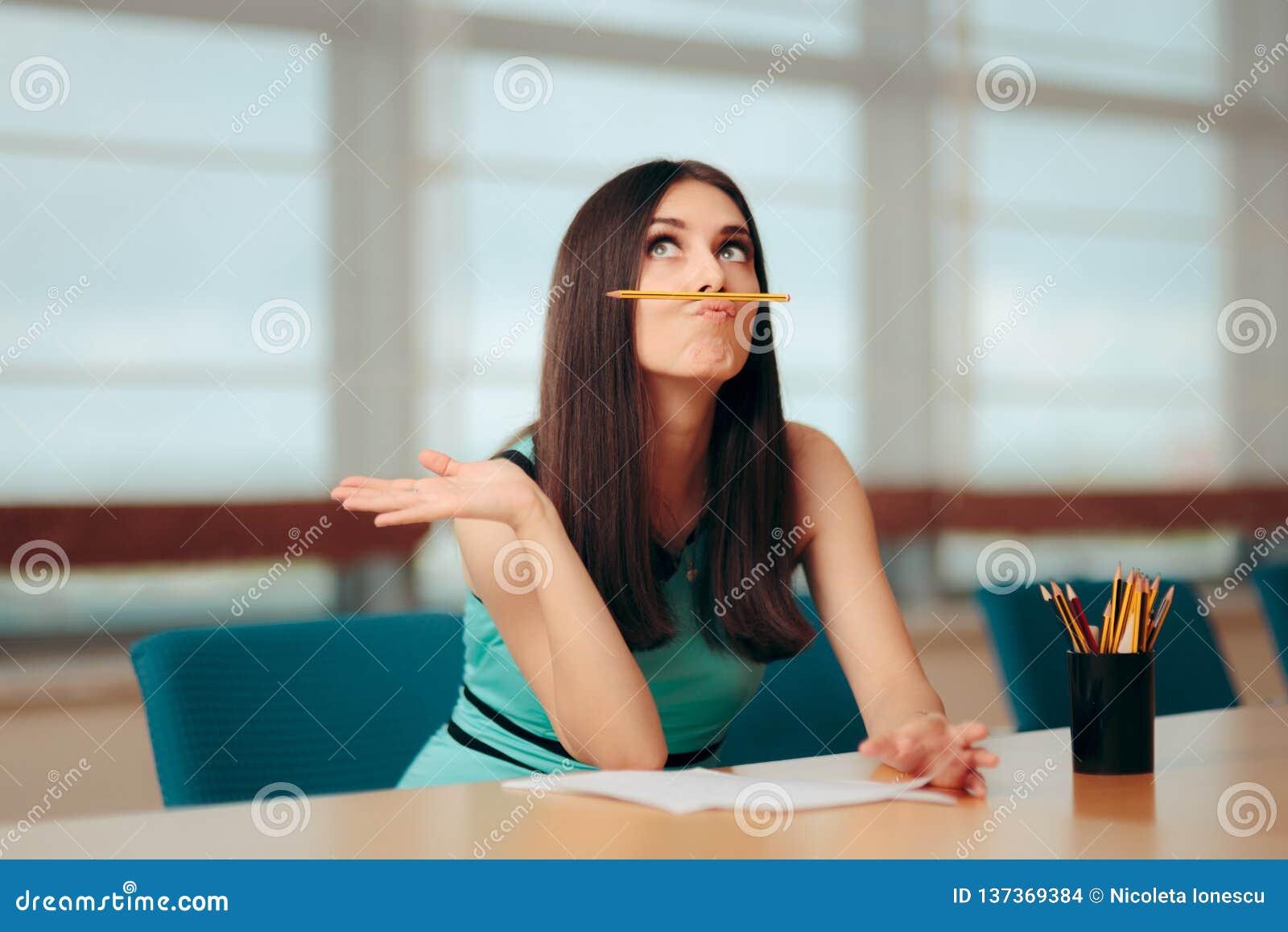 Menina furada engraçada que joga com o lápis na reunião de negócios