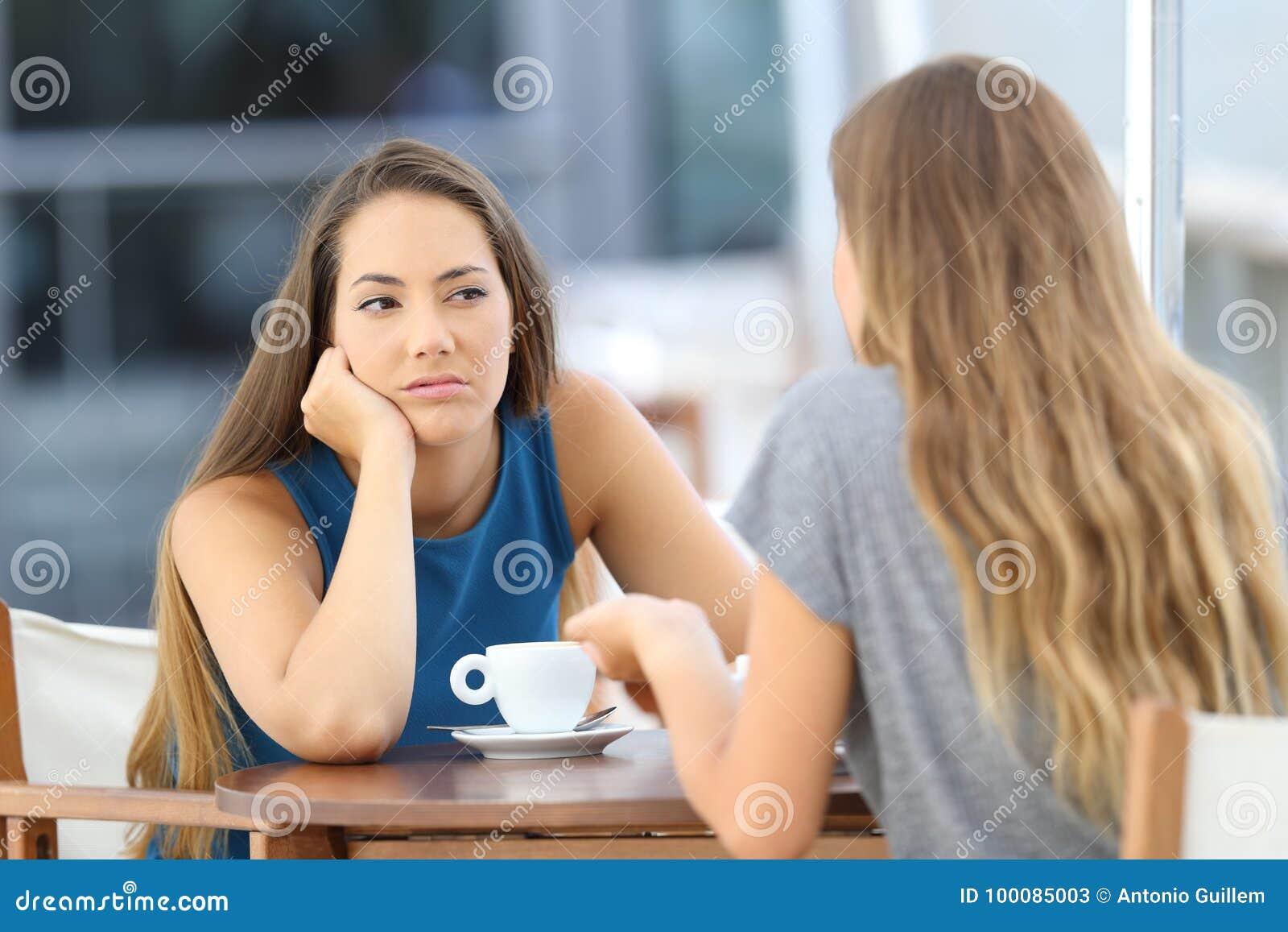 Menina furada que escuta uma conversação má