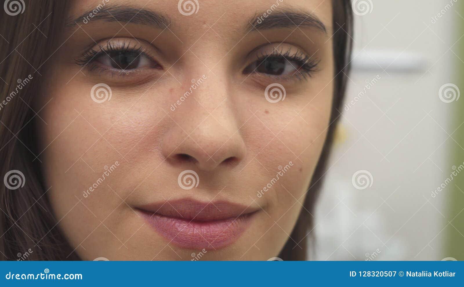 A menina gerencie sua cara