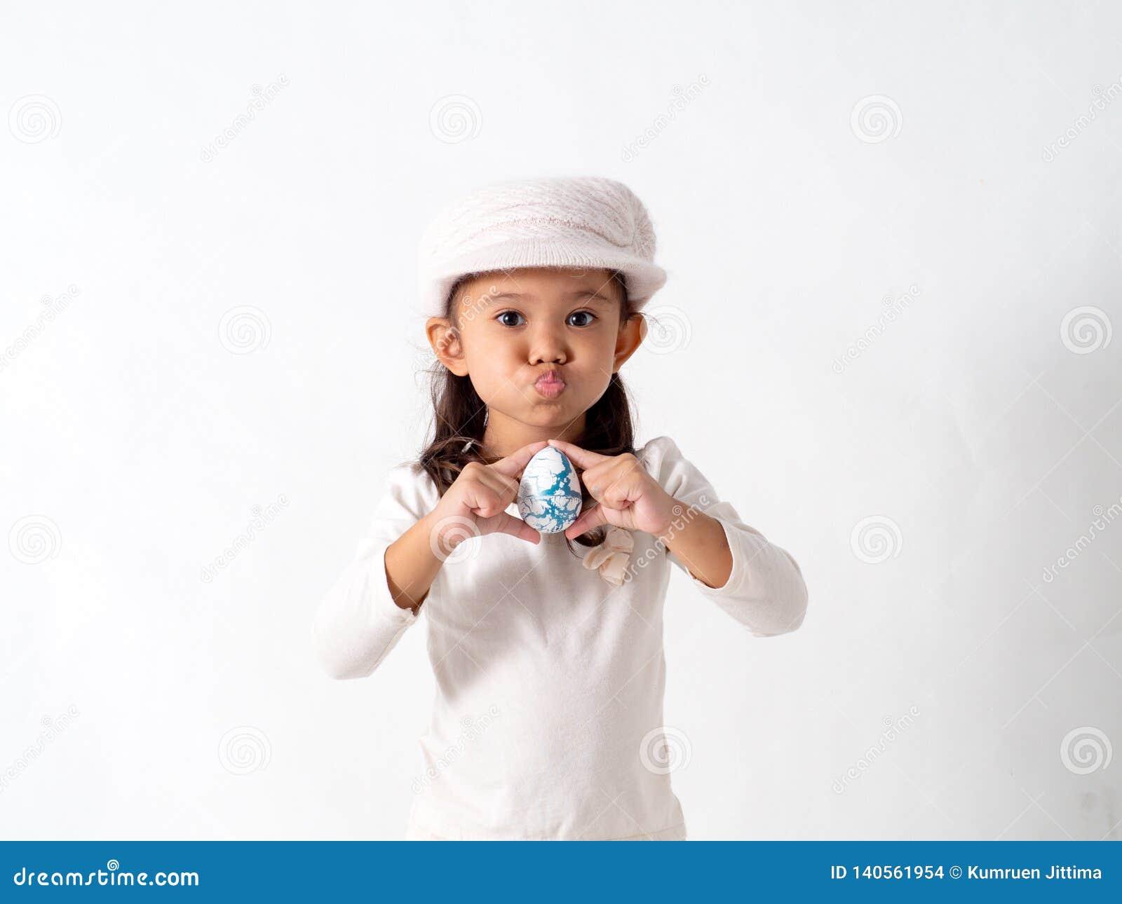 A menina guarda um ovo da páscoa