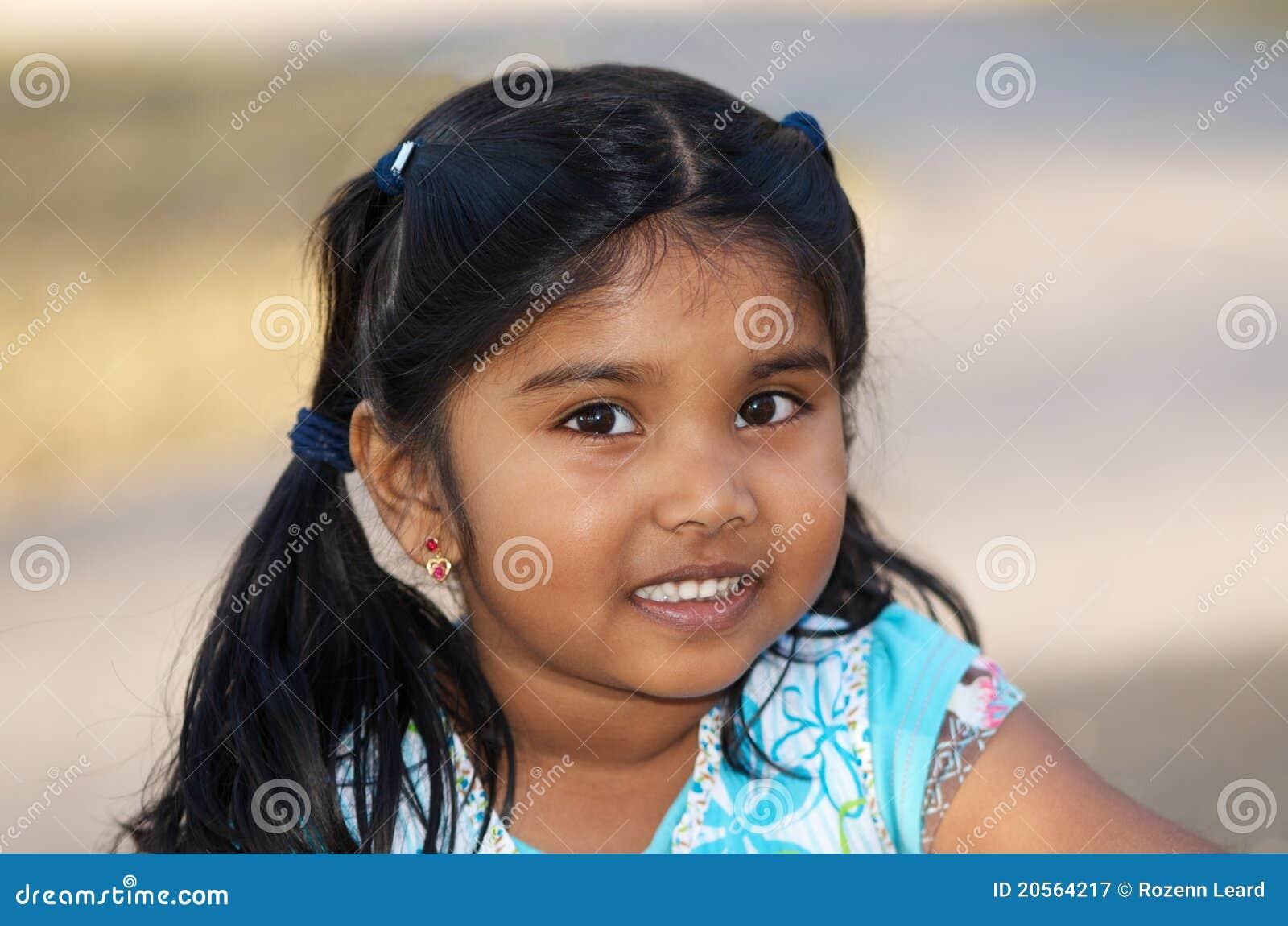 Menina indiana pequena lindo