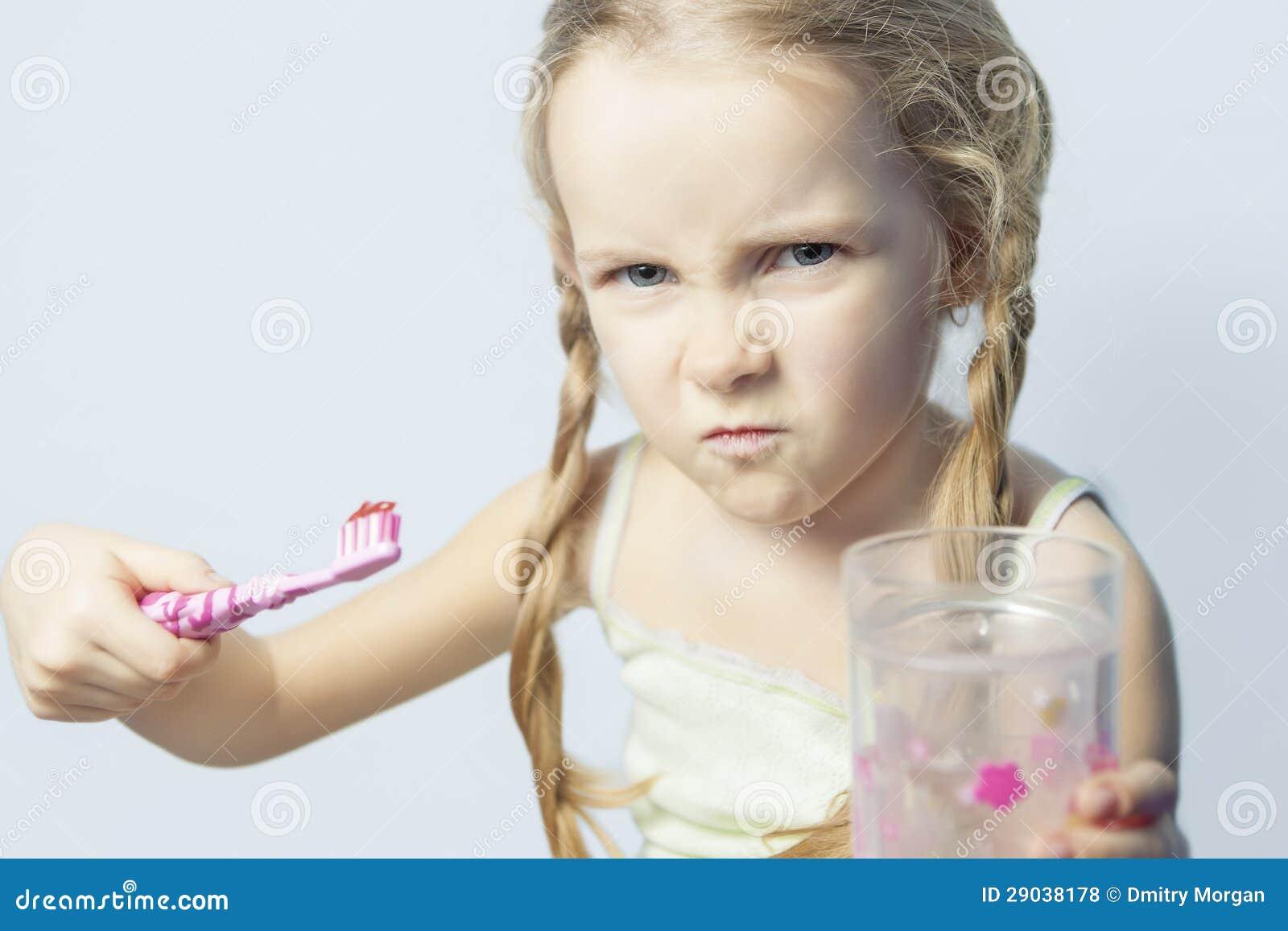 Menina irritada e dos furio?s que não quer escovar seus dentes