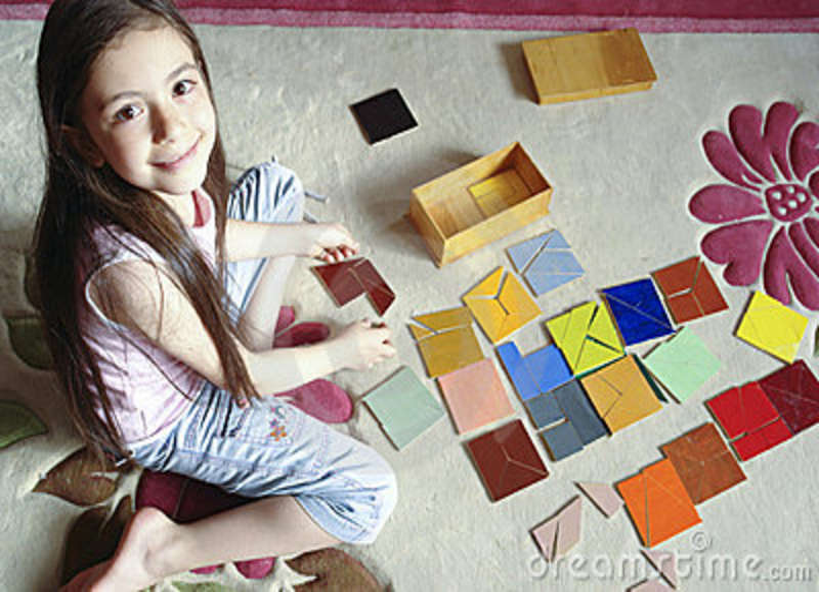 A menina joga o jogo tradicional do tangram