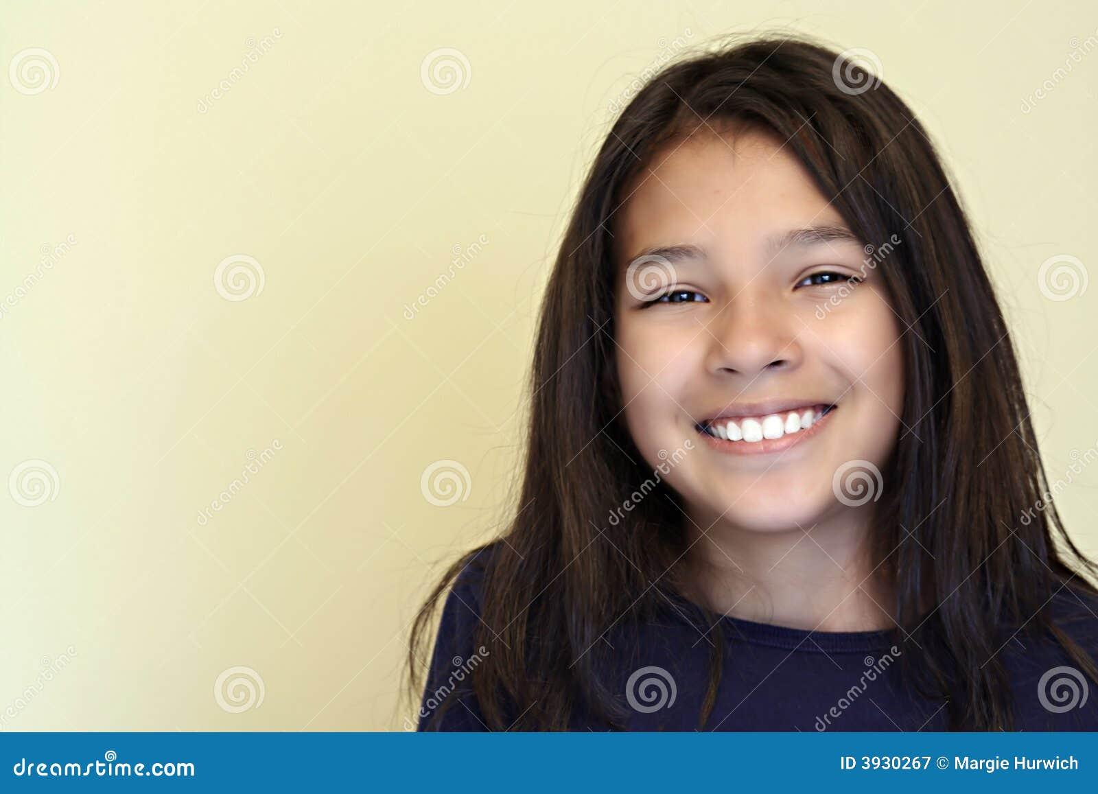 Menina latino-americano adolescente de sorriso