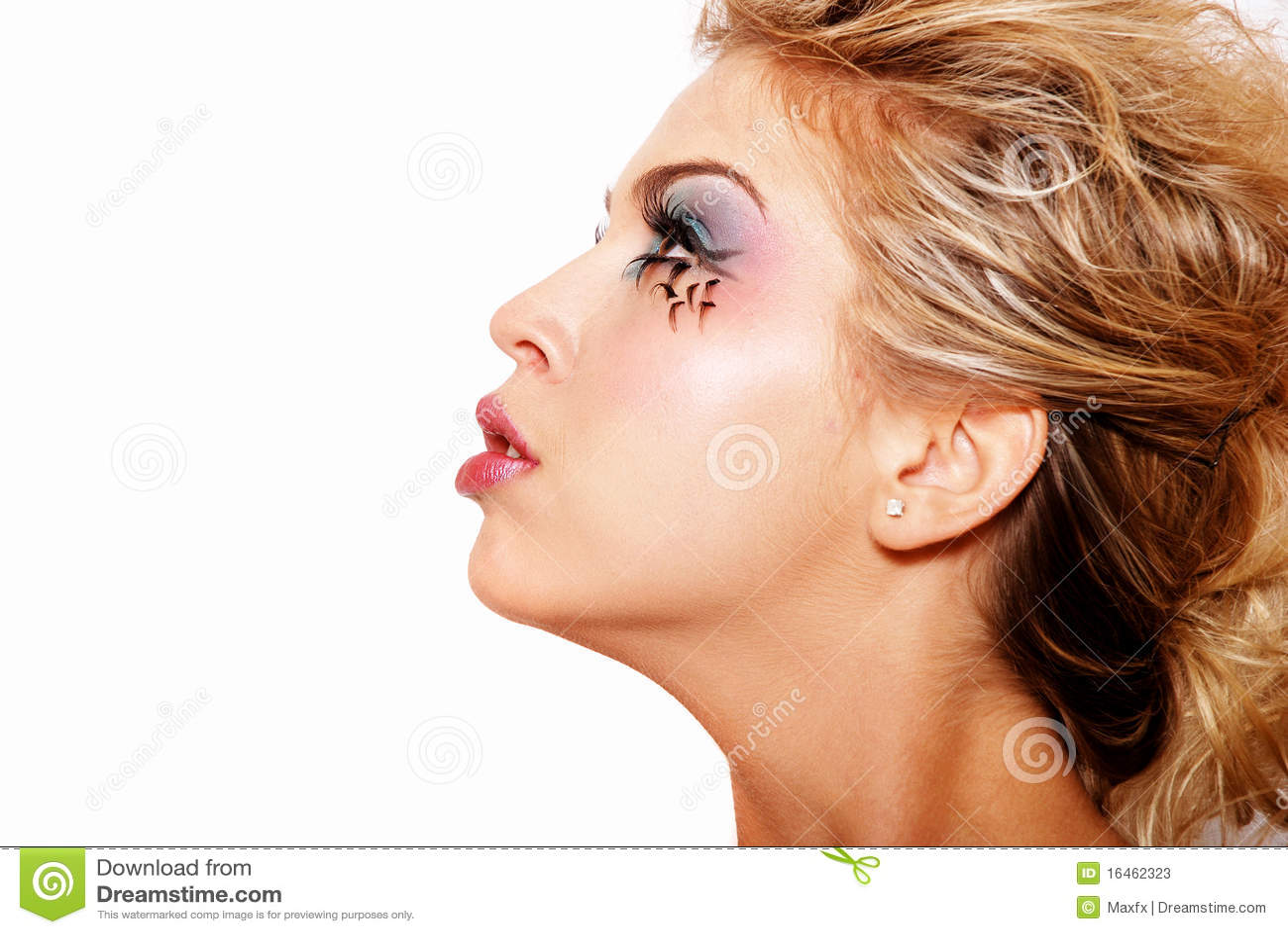 Menina loura bonita com composição