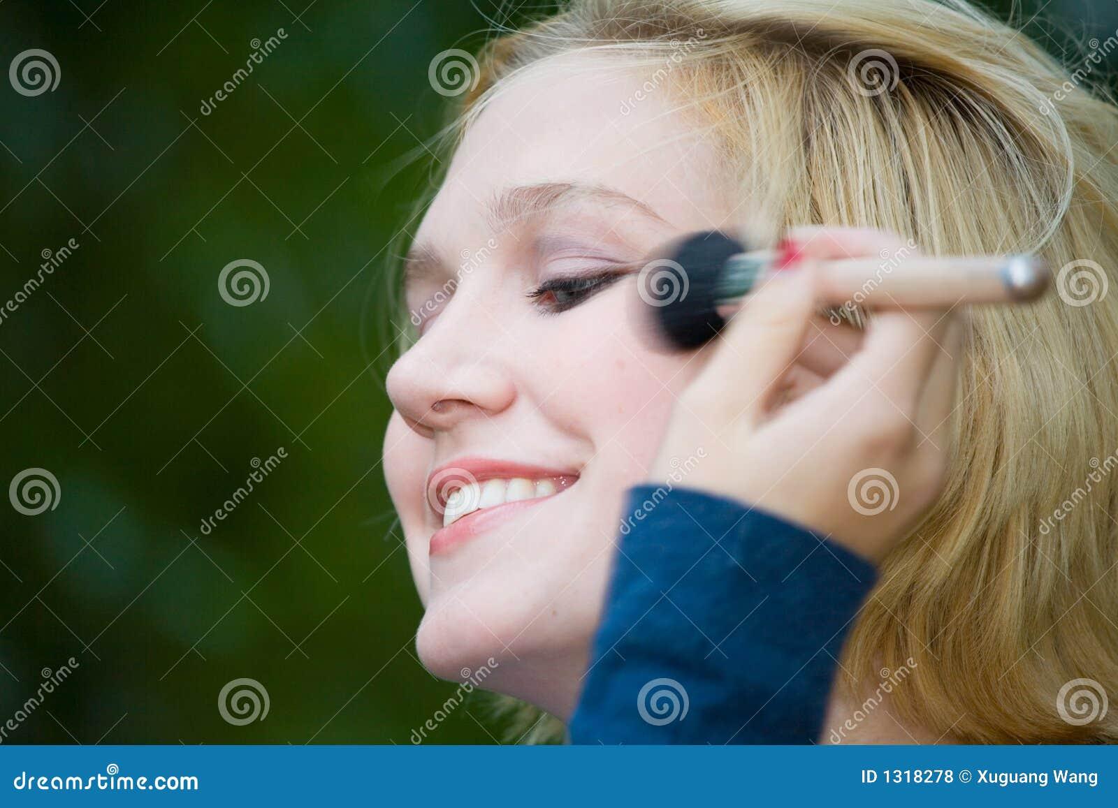 Menina loura bonita de Yong com os olhos azuis que põr sobre a composição
