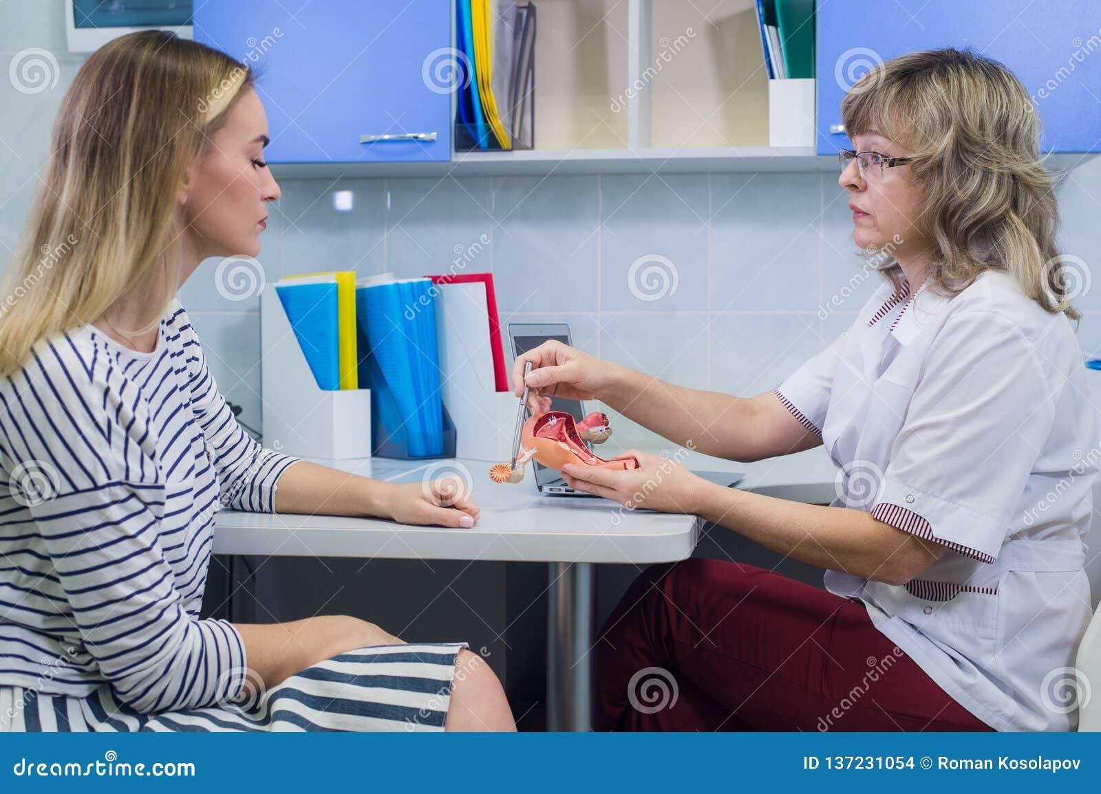 A menina loura bonita está consultando com um doutor