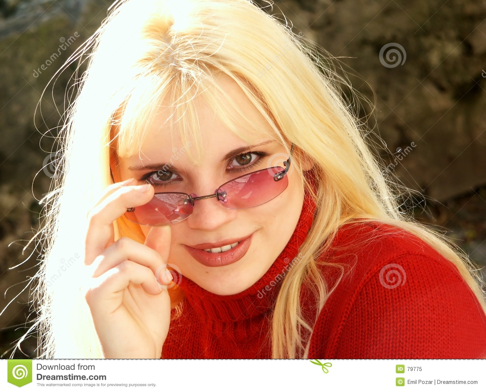 Menina loura com vidros