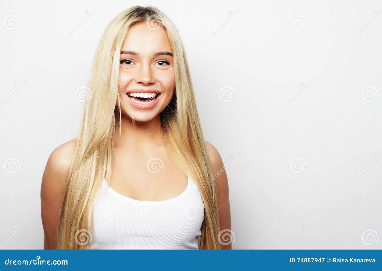 Menina loura de sorriso bonito nova
