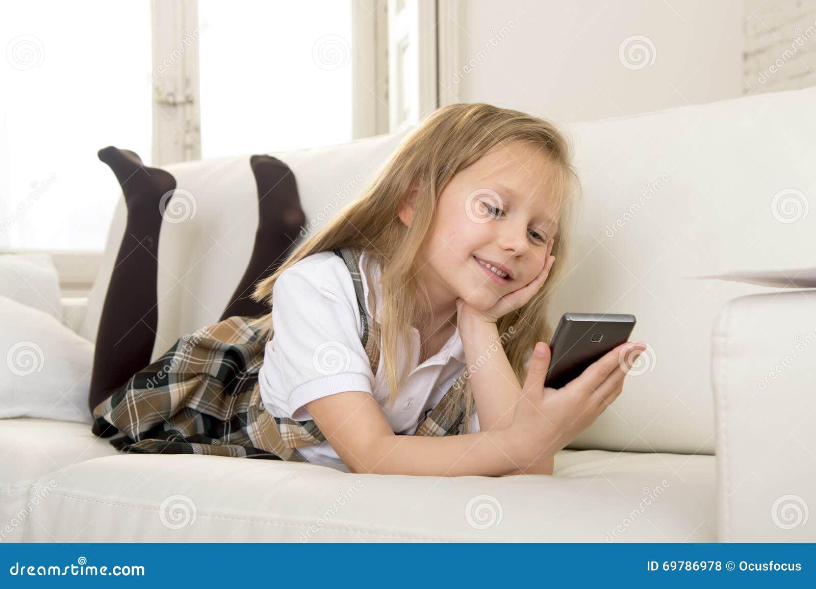 Menina Loura Feliz No Sofá Home Usando O Internet App No ...