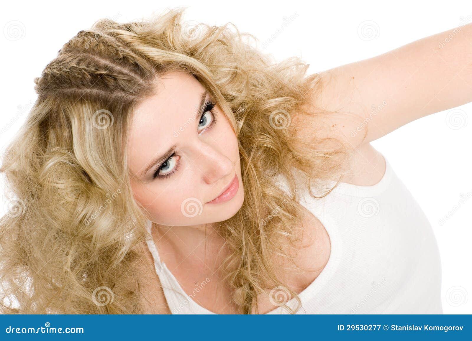 Menina loura nova bonita com cabelo à moda