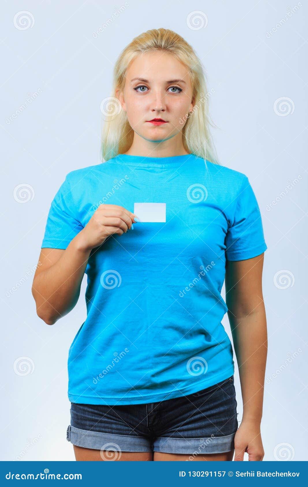 A menina loura nova guarda o cartão
