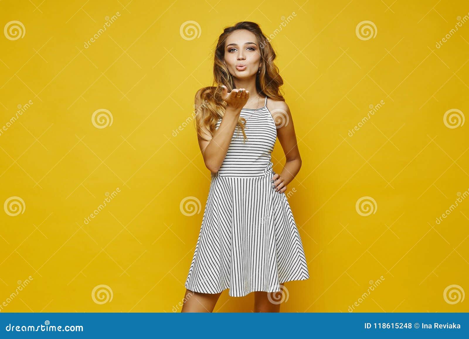 A Menina Loura Sexy Elegante E Emocional Com Composição