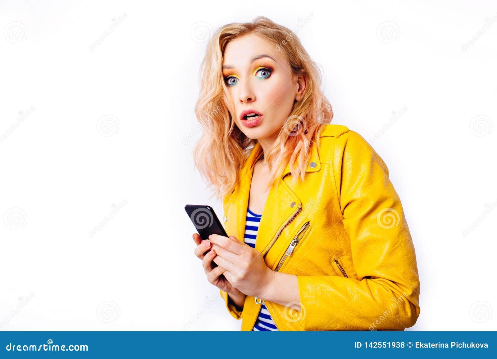 Menina loura surpreendida com um smartphone