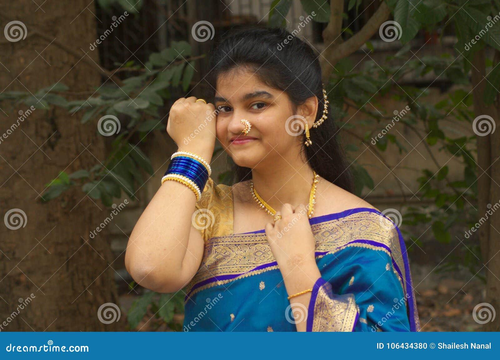 Menina maharashtrian tradicional com um Saree-4