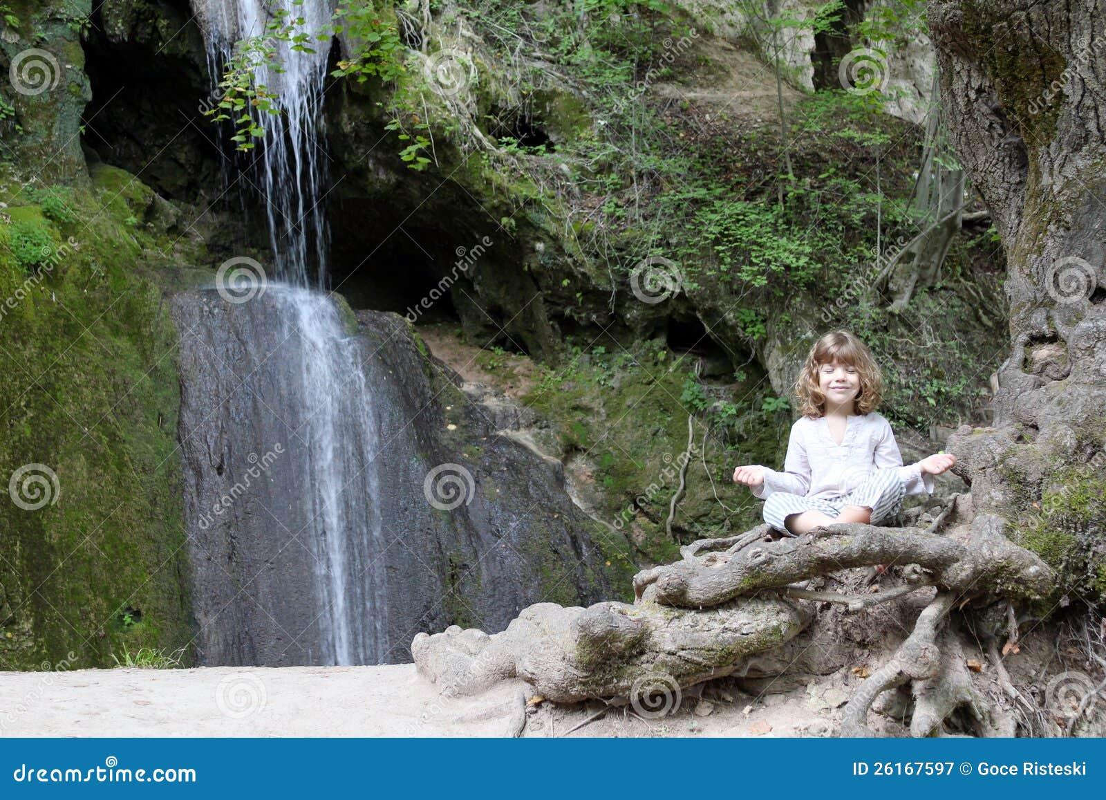 A menina meditate