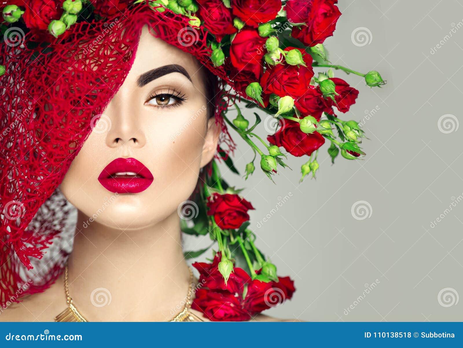 A menina modelo com rosas vermelhas floresce a grinalda e a composição da forma Floresce o penteado