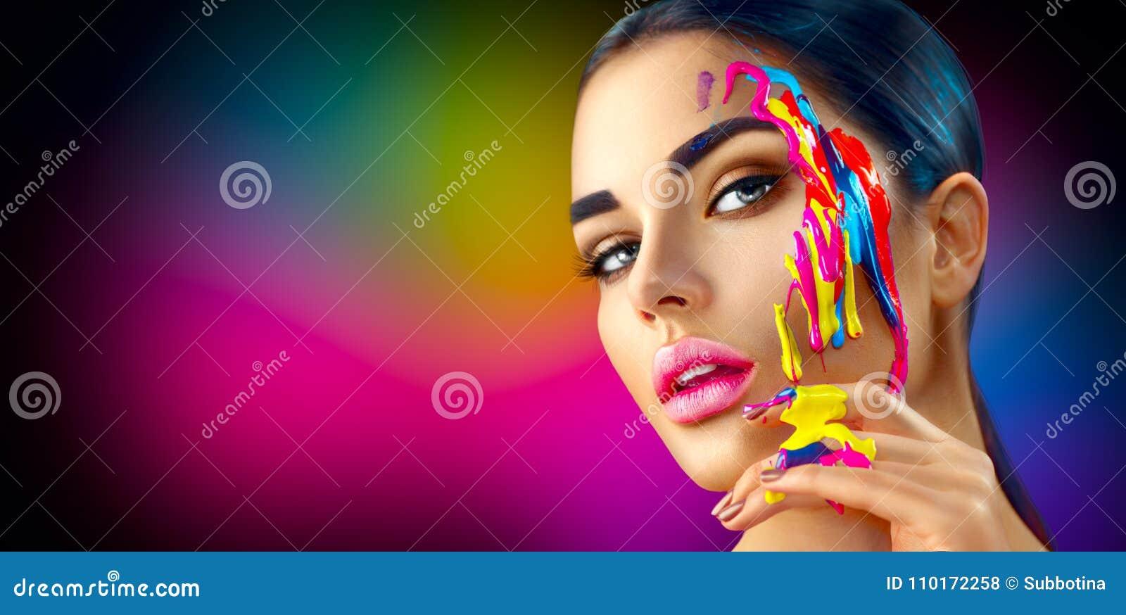 Menina modelo da beleza com pintura colorida em sua cara Mulher bonita com pintura do líquido de fluxo