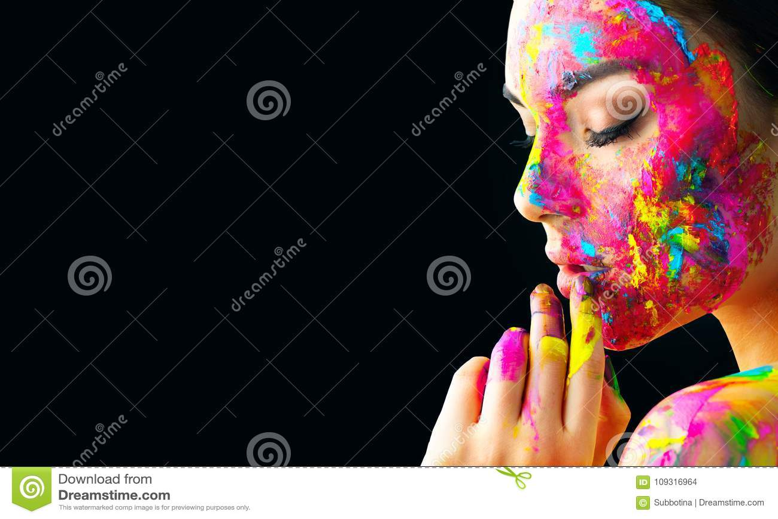 Menina modelo da beleza com pintura colorida em sua cara Retrato da mulher bonita com pintura do líquido de fluxo