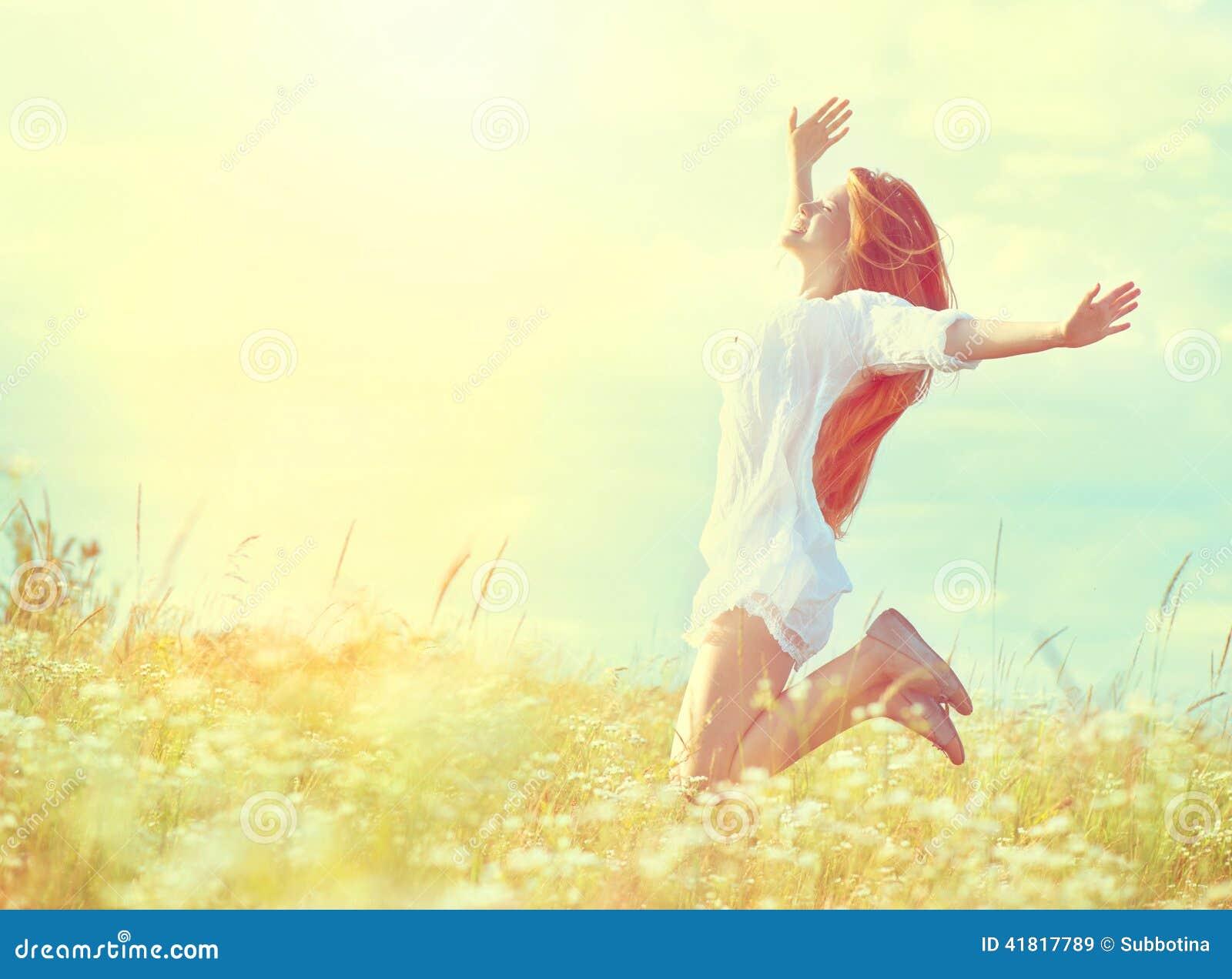 Menina modelo da beleza no salto branco do vestido