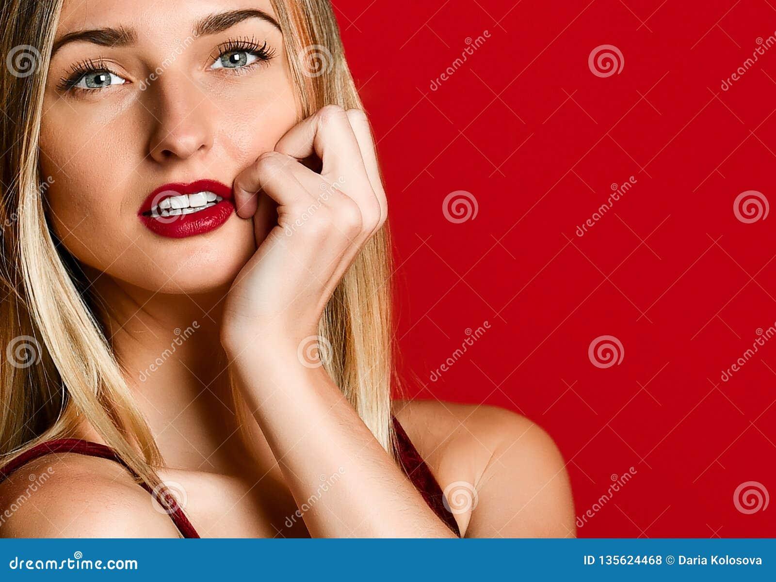 Menina modelo das mulheres  sexy  no dia de Valentim do amor com bordos vermelhos que aturde os olhos azuis surpreendentes