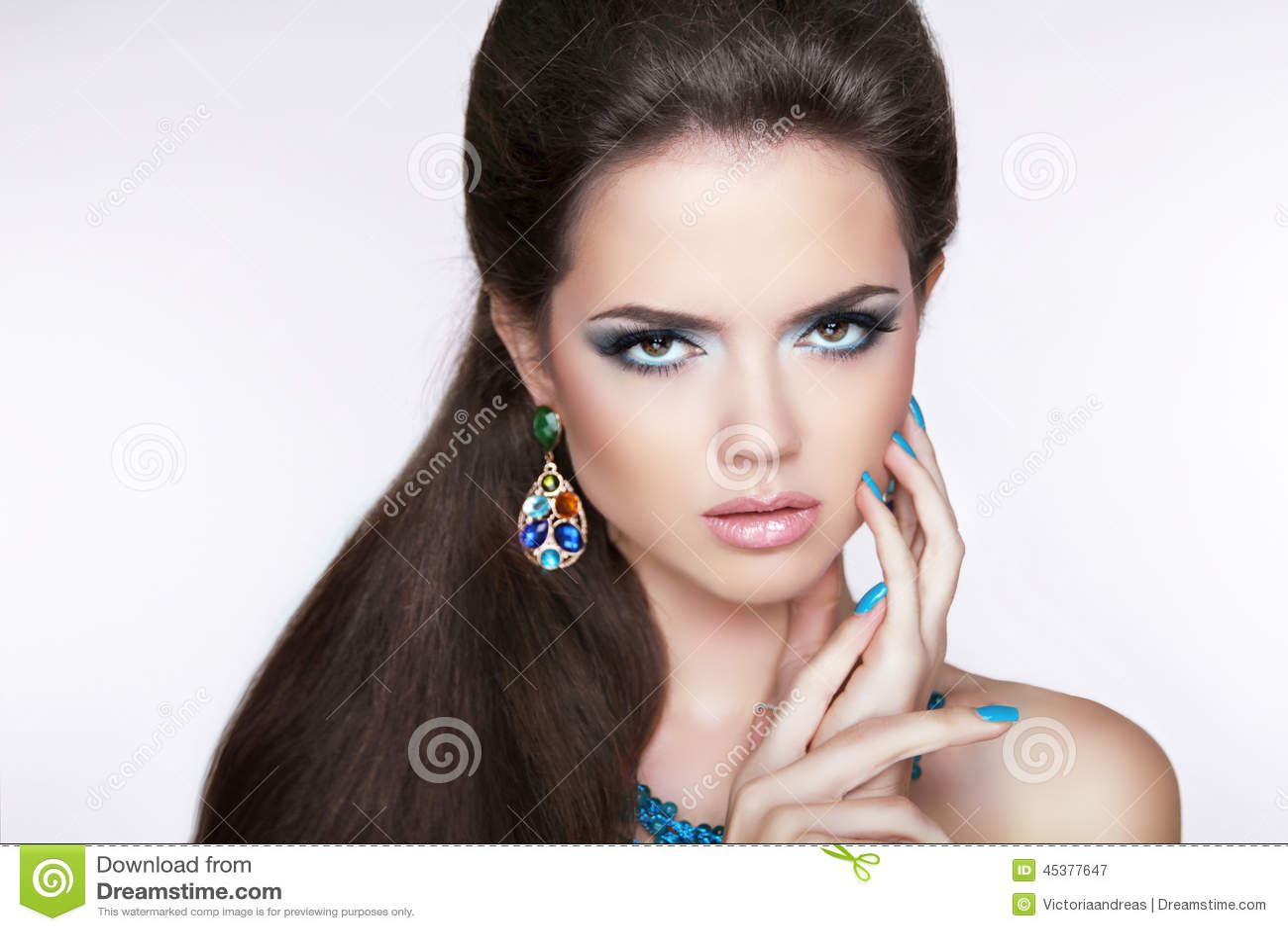 Menina moreno bonita composição Mulher com brincos da forma Miliampère