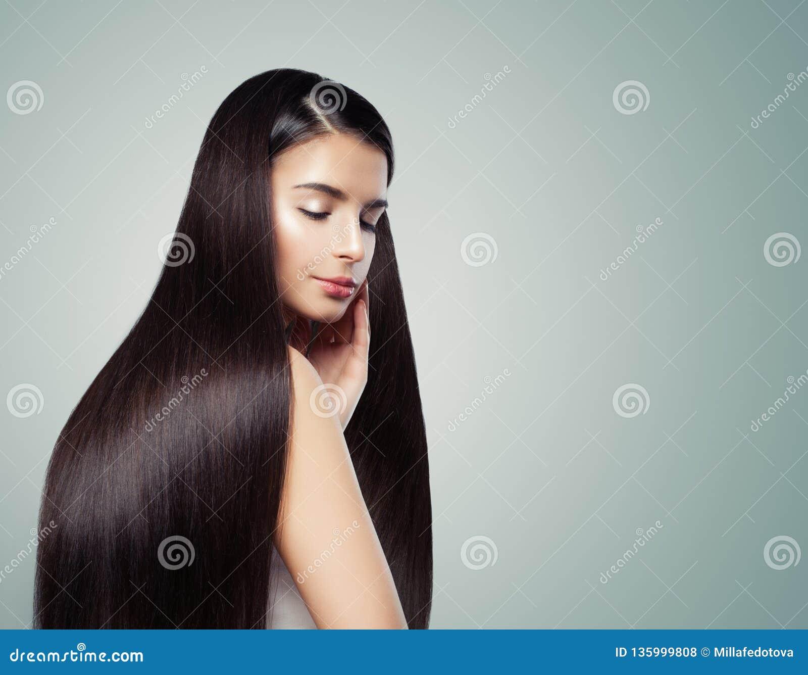 Menina moreno com cabelo reto marrom escuro longo, conceito do haircare