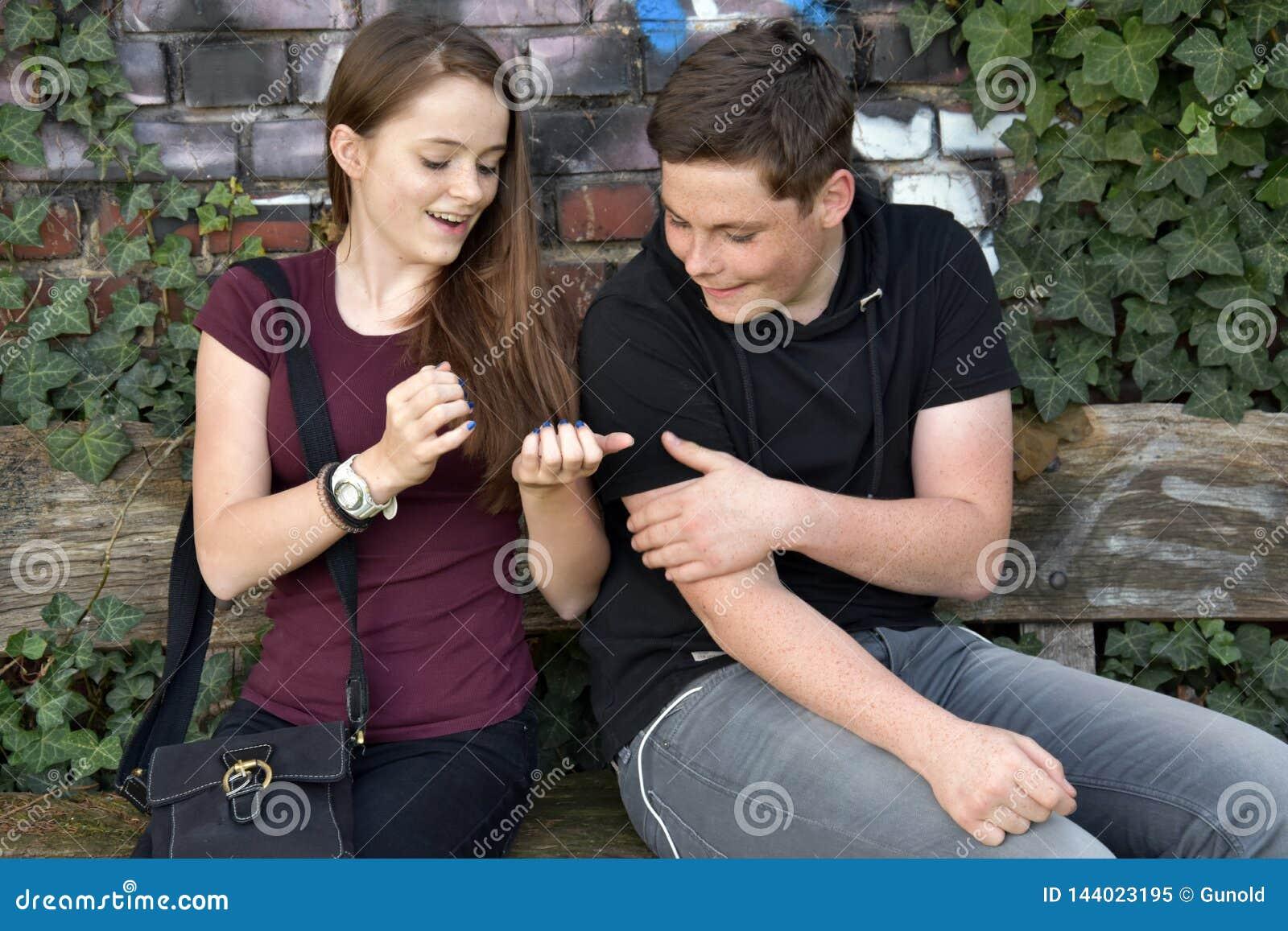 A menina mostra suas unhas pintadas azuis
