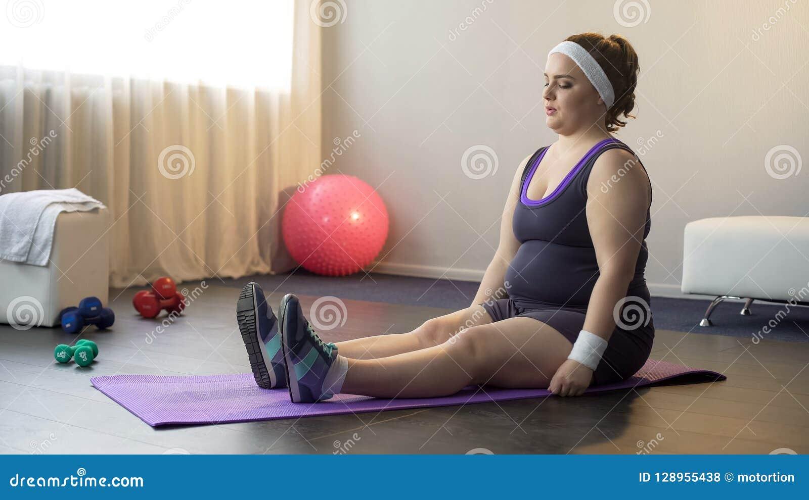 Menina motivado carnudo que faz exercícios do esporte para ser saudável e magro, exercício