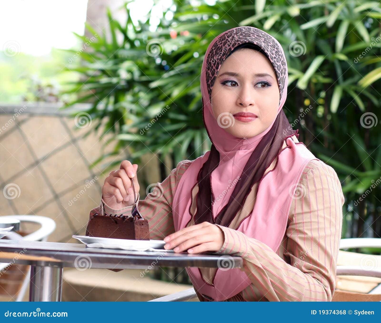 Menina muçulmana nova com bolo