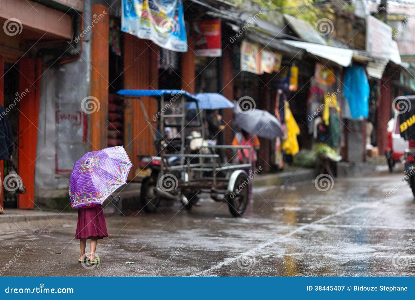 Menina na chuva sobre