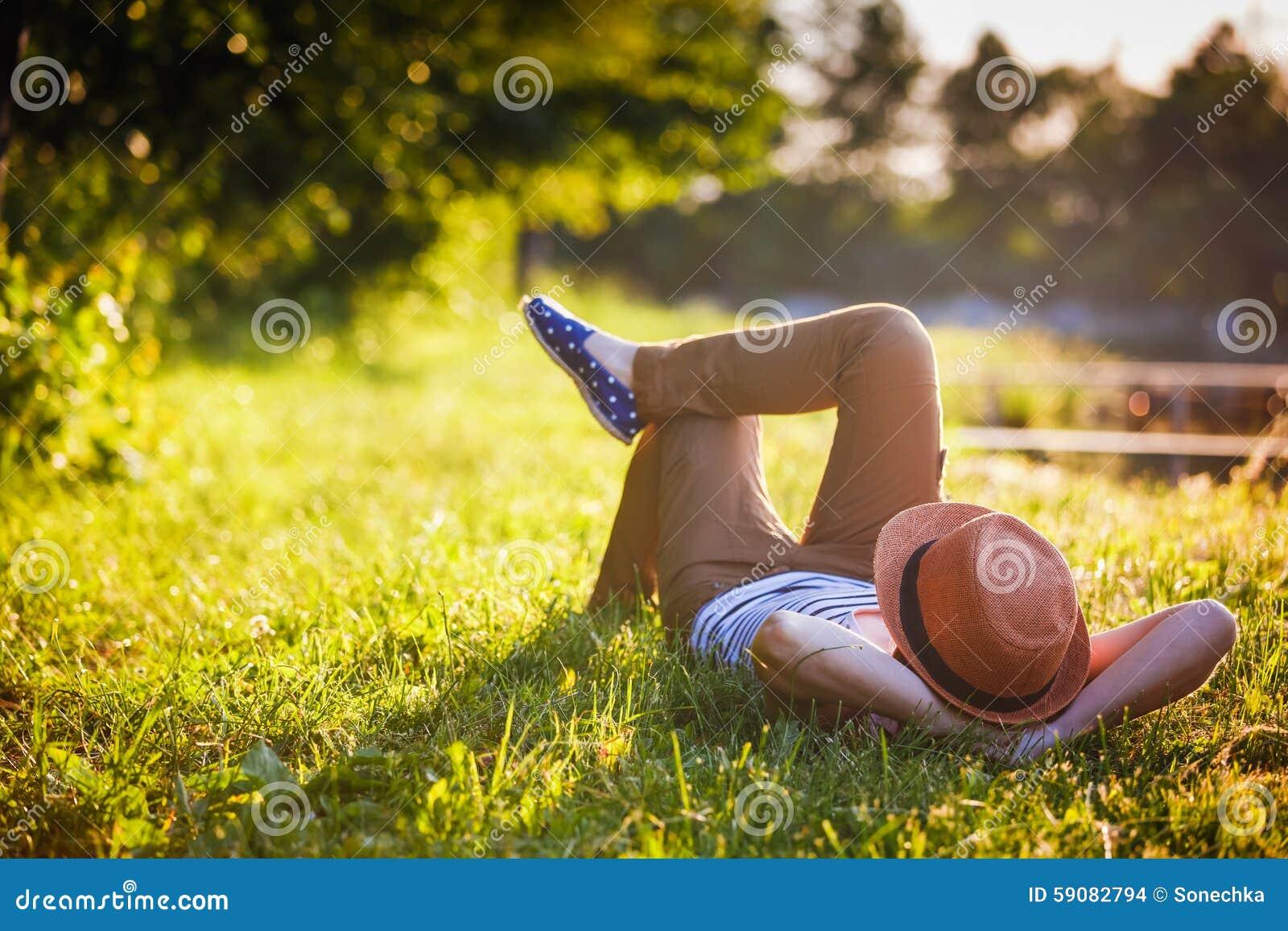 Menina na moda do moderno que relaxa