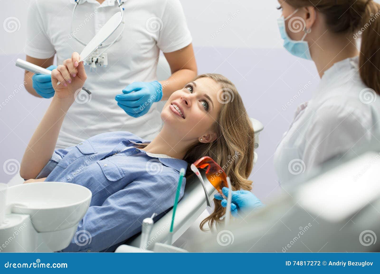 Menina na odontologia