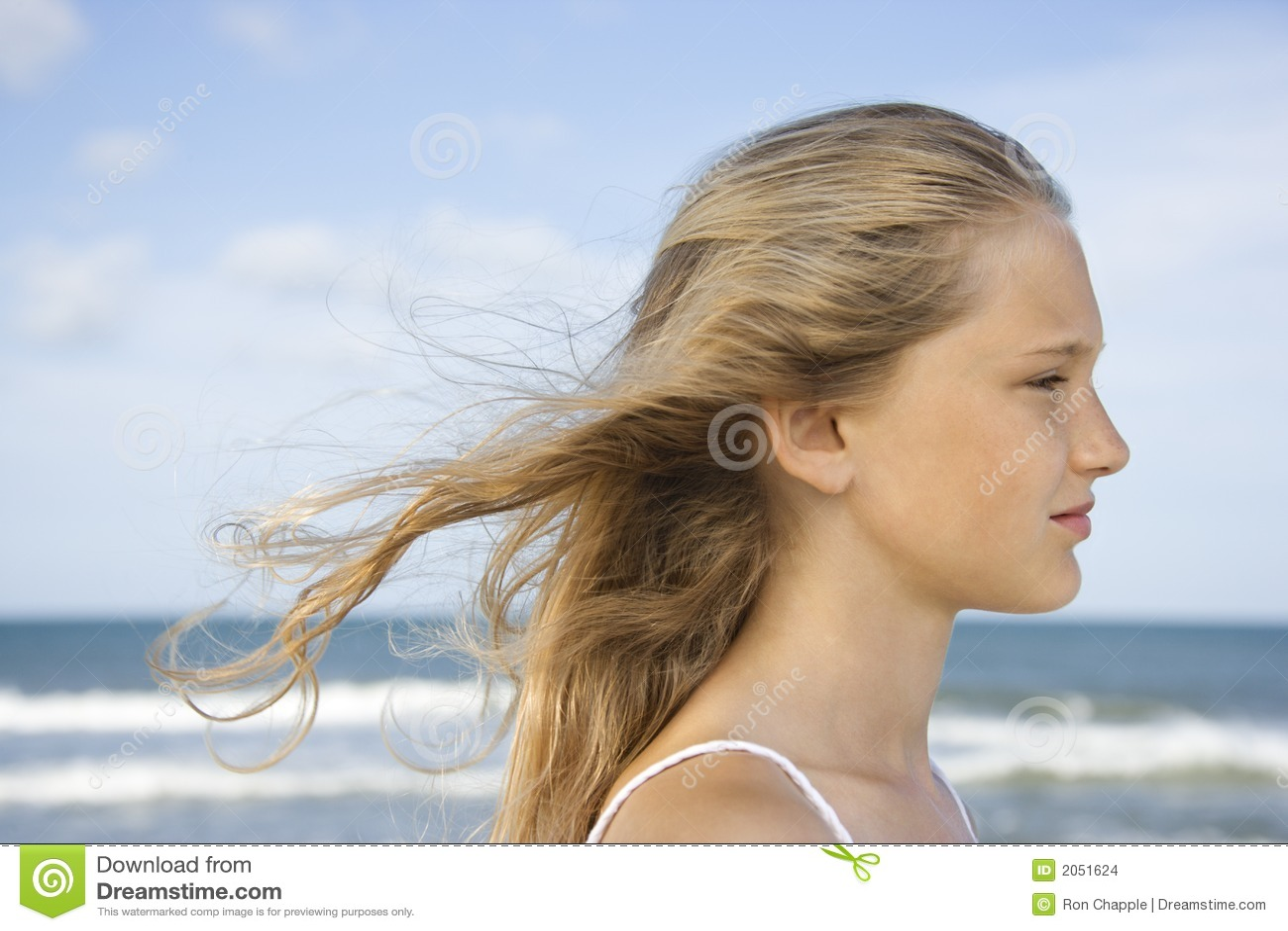 Menina na praia.