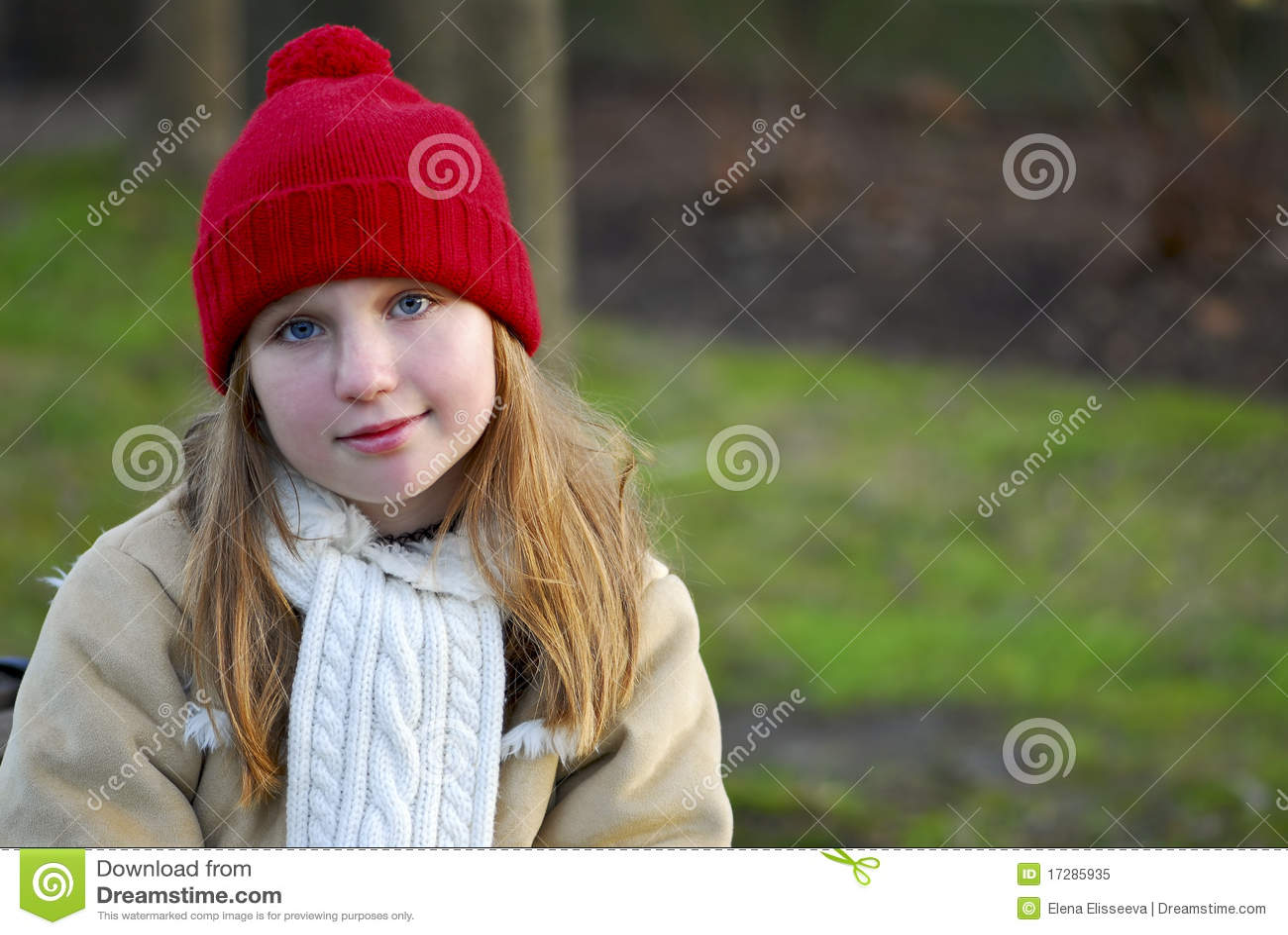 Menina na roupa do inverno