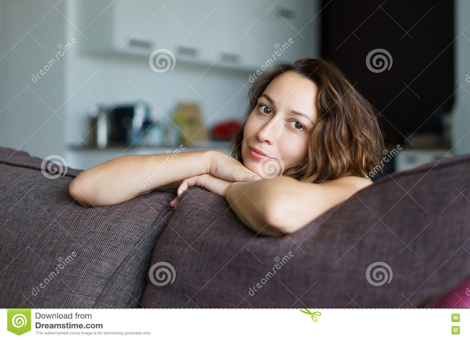 A menina na sala no sofá