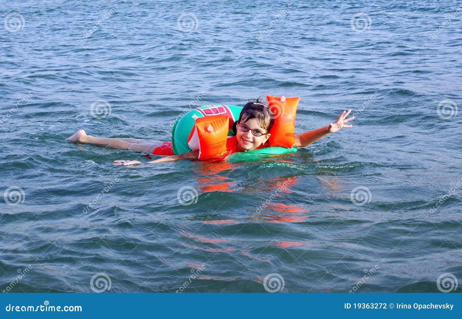 A menina nada no mar