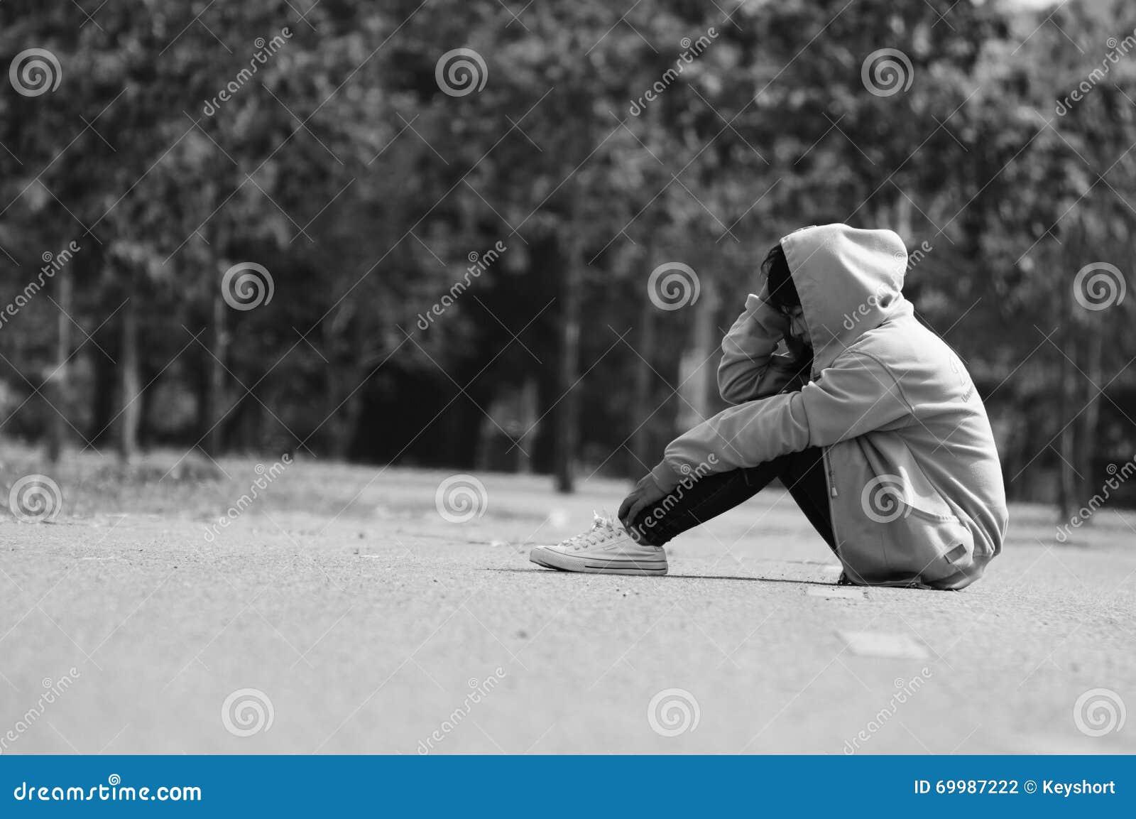 Menina nervosa e só que senta-se na estrada