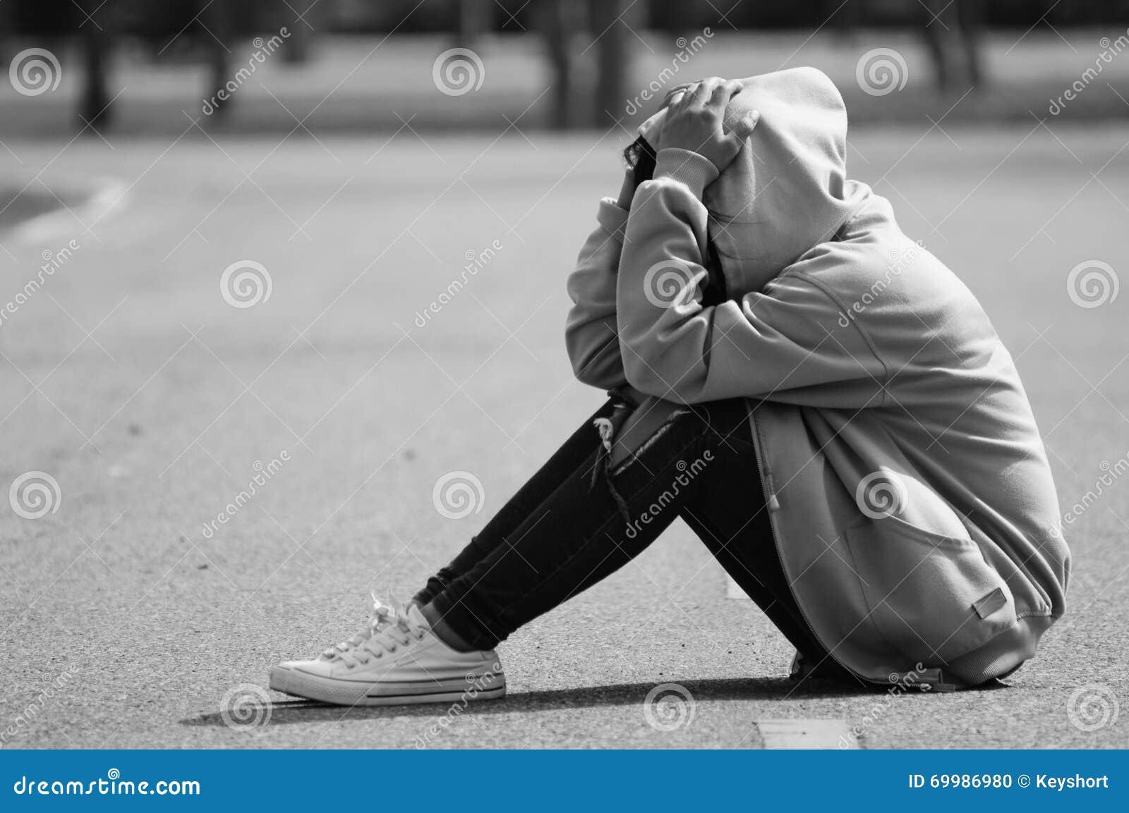 Menina nervosa e temível que senta-se na estrada