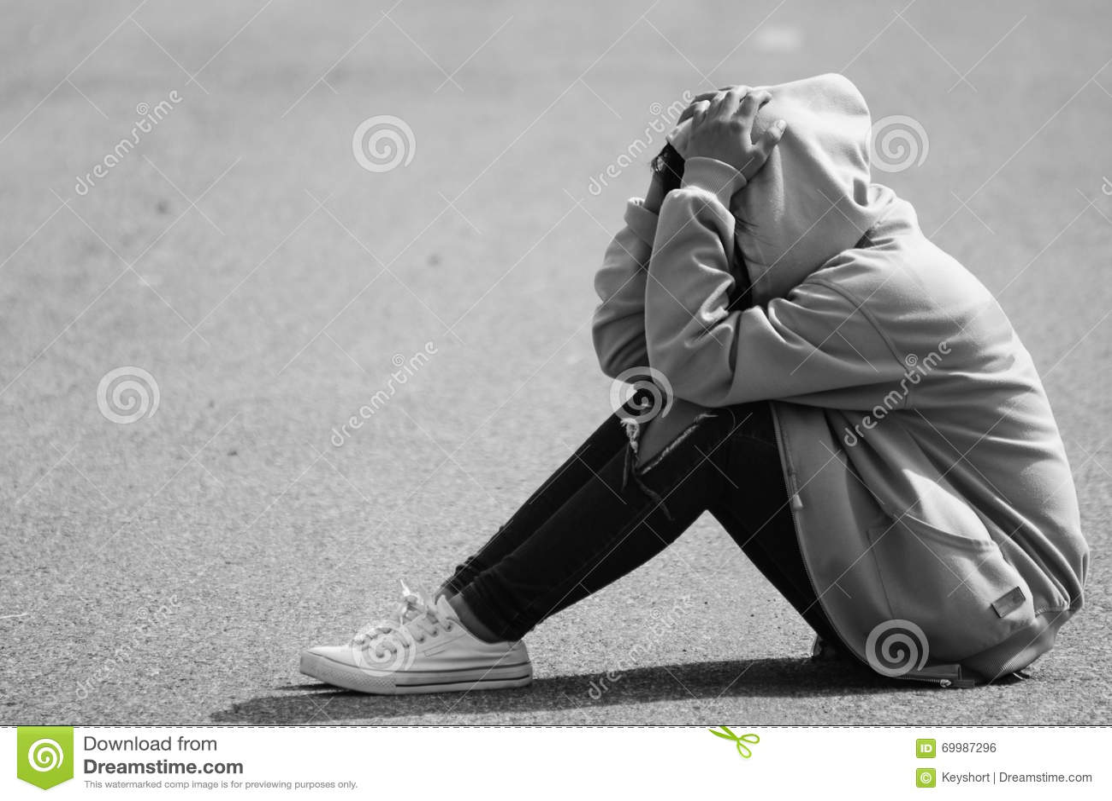Menina nervosa que senta-se na rua